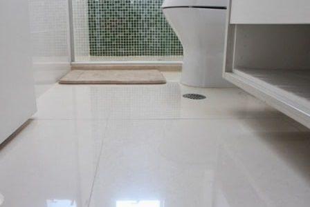 Aplicação de pavimento cerâmico em casa de banho.