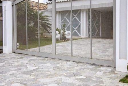 Aplicação de pavimento de pedra em exteriores.