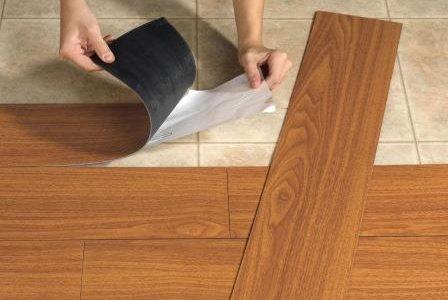 Aplicação de pavimento vinílico.