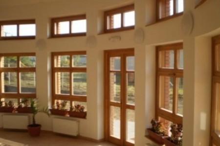 Porta em madeira e janelas em madeira.