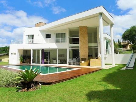 Constru o de casa moderna com piscina e deck de madeira for Casas modernas vintage