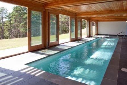 Construção de piscina interior.