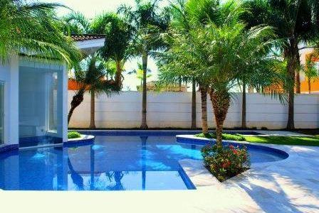 Construção de piscina com jardim à volta.