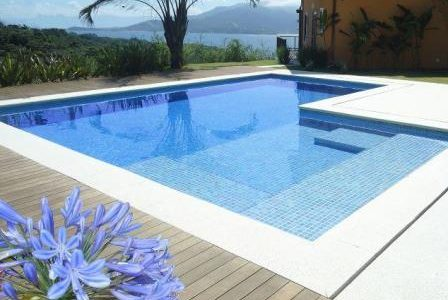 Construção de piscina com diferentes patamares.