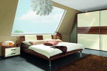 Decoração de quarto com parede em vidro.