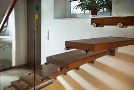 Escada de serralharia, vidro e madeira.
