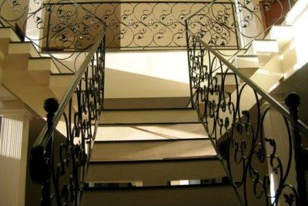 Guarda de escada clássica em serralharia.
