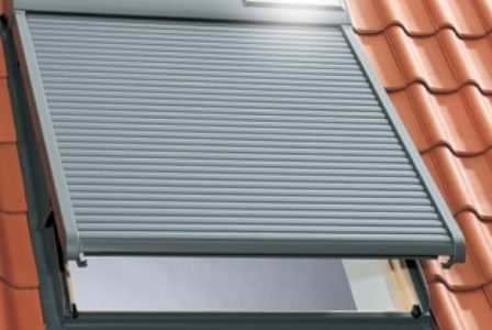 Caixilharia: janela de telhado em alumínio.