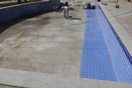 Construção de piscina em betão revestida a azulejo.