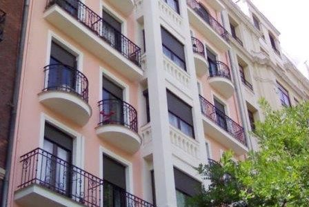 Pintura de fachada de edifício com alpendres.