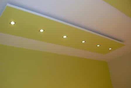 Pintura de teto falso e paredes verde.