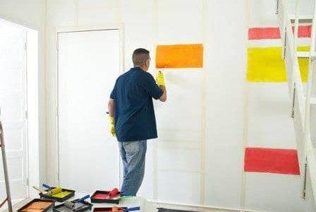 Pintura colorida em quarto de criança.