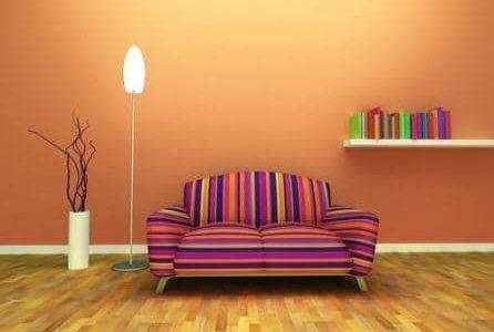 Pintura em sala de estar com parede em cor salmão.