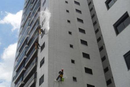 Pintando fachada de edifício.