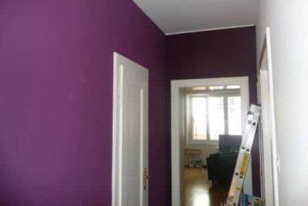 Pintura de corredor com paredes roxa.