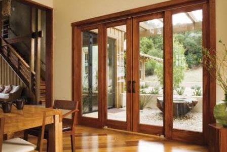 Pavimento de madeira e porta de madeira.