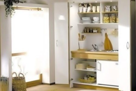 Cozinha dentro de armário.