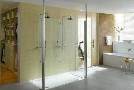 Substituição de banheira por base de duche com dois chuveiros.