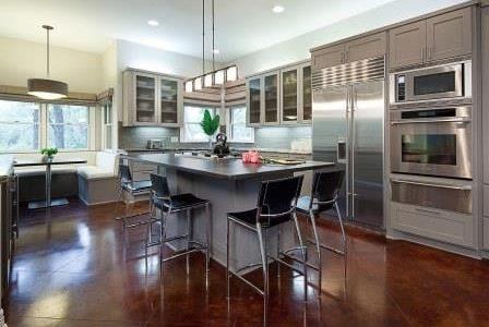 Remodelação de cozinha moderna com utilização de eletrodomésticos inox.