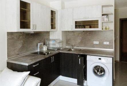 Cozinha pequena com tampo e roda-tampo em mármore.