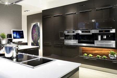 Remodelação de cozinha de luxo com móveis termolaminados.