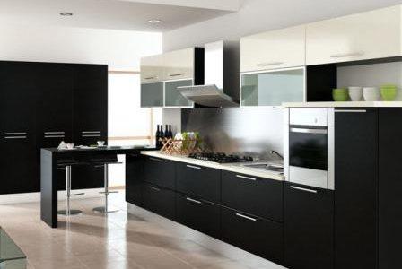 Remodelação de cozinha moderna com móveis revestidos em melamina.