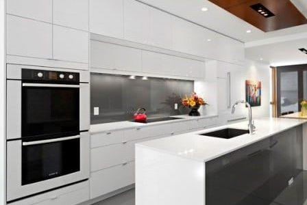 Remodelação de cozinha moderna com móveis lacados a branco alto brilho.