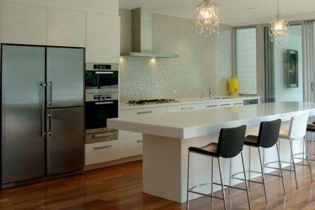 Remodelação de cozinha moderna com parede frontal revestida a pastilha.