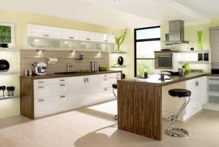 Remodelação de cozinha com móveis revestidos em melamina e termolaminados.