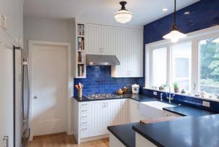 Remodelação de cozinha pequena com parede em azulejo azul.
