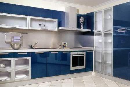 Remodelação de cozinha por medida com móveis termolaminados.