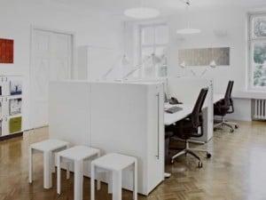 Remodelação de escritório em tons de branco.