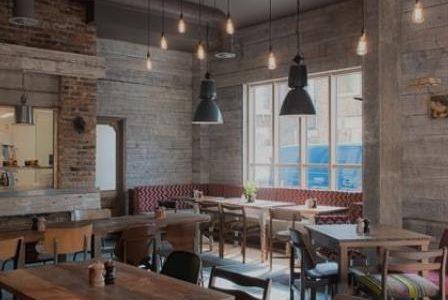 Remodelação de restaurante com parede forrada em madeira.