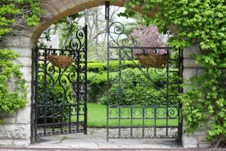 Portão preto em serralharia.