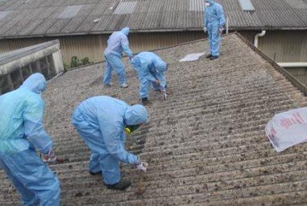 Substituição de amianto com equipamento certificado.