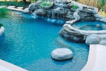 Construção de piscina com hidromassagem.
