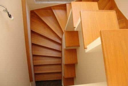 Escada de madeira.
