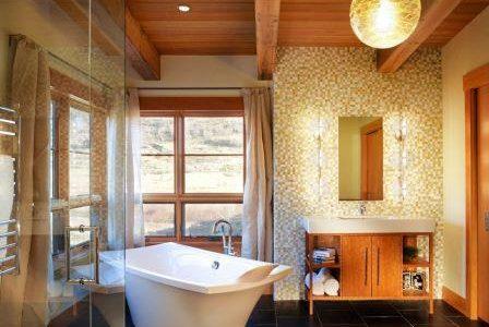 Remodelação de casa de banho com uma parede revestida a pastilha.