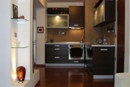 Remodelação de cozinha pequena com móveis de melamina.