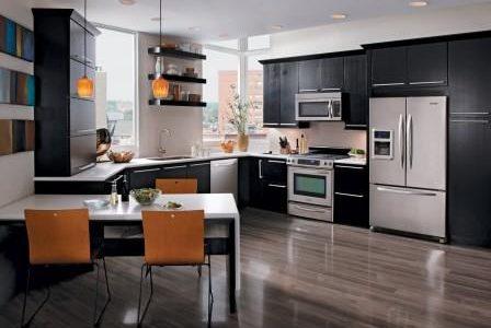 Remodelação de cozinha moderna com móveis revestidos a melamina.