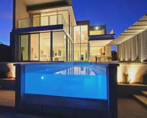 Construção de moradia moderna com piscina