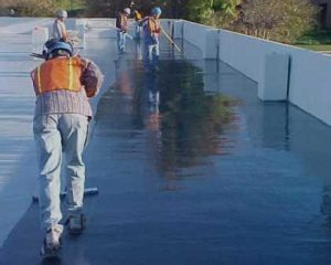Trabalhadores em impermeabilização de terraços