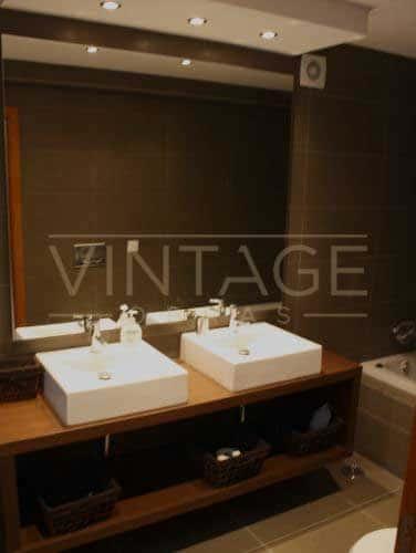 Remodela o de casa de banho moderna com lavat rio for Casa moderna vintage