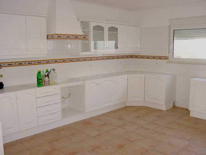 Remodelação de cozinha tradicional com portas com relevo