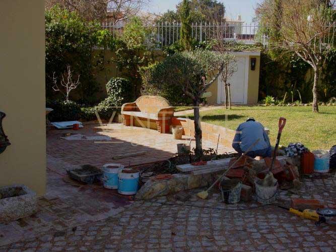 Remodelação de pátio: Execução de muretes e banco em alvenaria