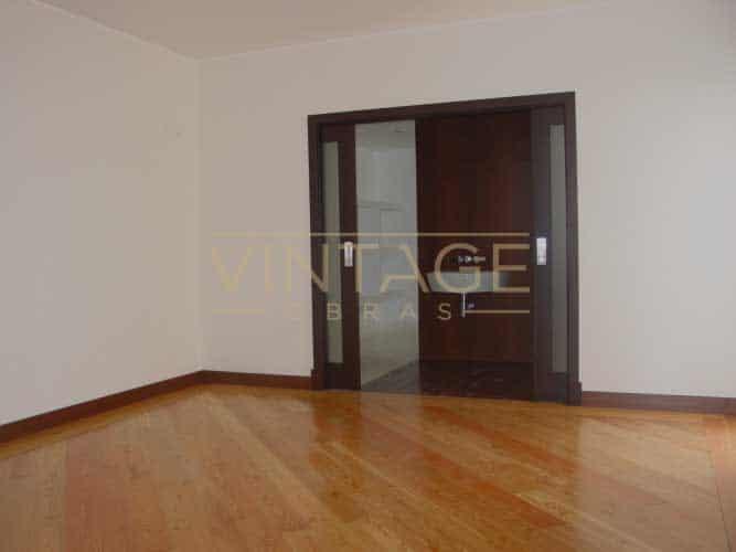 Remodelação de interior de vivenda: Pavimentos e portas